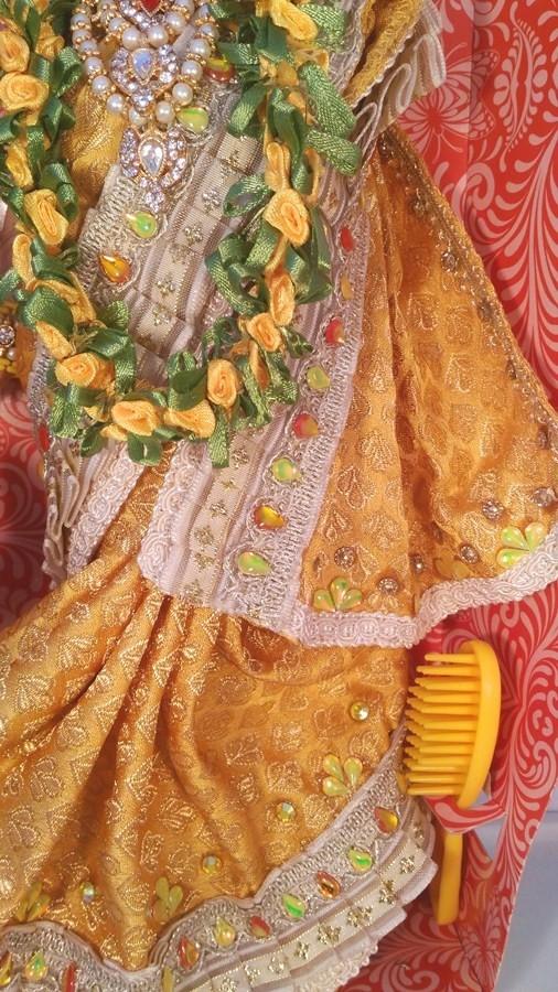 Индийская Барби в жёлтом сари с гирляндой