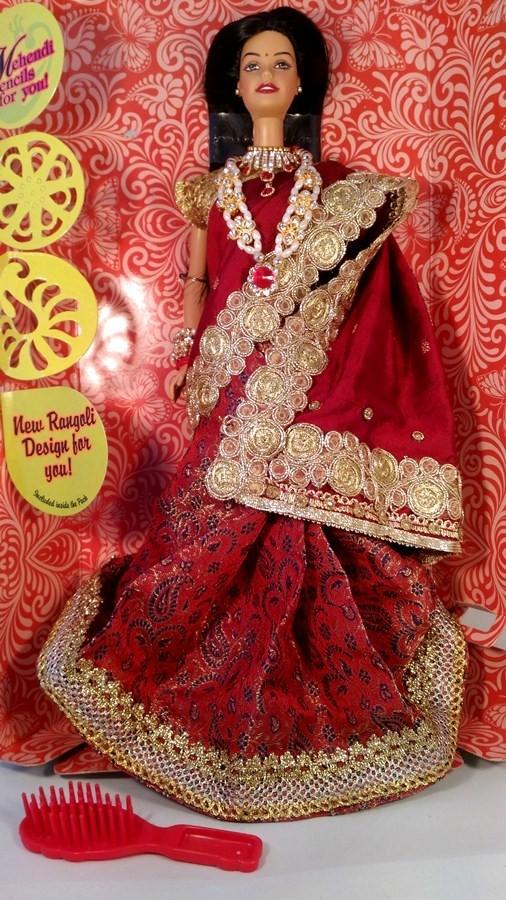 Индийская Барби в бордовом шелковом сари